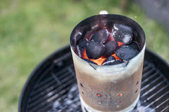 BBQ grillen Pit Glowing And Flaming Hot-Holzkohlen-Brikettkohle Lebensmittel-Hintergrund oder Beschaffenheits-Nahaufnahme-Draufsi Lizenzfreies Stockbild