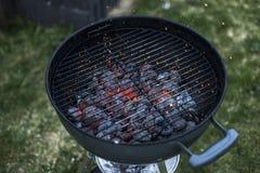 BBQ grillen Pit Glowing And Flaming Hot-Holzkohlen-Brikettkohle Lebensmittel-Hintergrund oder Beschaffenheits-Nahaufnahme-Draufsi Stockbild