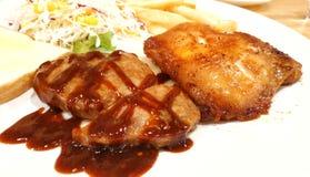 Bbq-grisköttbiff med grillad feg biff på shoppar i Thailand royaltyfri bild