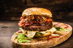 Bbq-hamburgare med bacon och lökar Arkivfoto