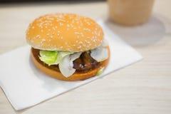 Bbq-hamburgare med grönsaker Royaltyfri Fotografi