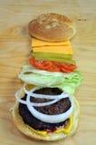 Bbq-hamburgare med traditionella toppningar Arkivfoto