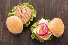 Bbq-hamburgare på träbakgrunden Arkivfoto