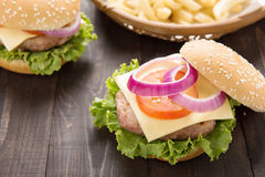 Bbq-hamburgaren med fransman steker på träbakgrunden Arkivfoton