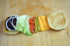 BBQ Hamburger met Traditionele Bovenste laagjes Royalty-vrije Stock Foto's