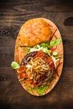 BBQ hamburger z bekonem i cebulami Zdjęcia Royalty Free