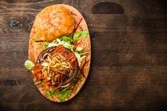 BBQ hamburger z bekonem i cebulami Obrazy Royalty Free