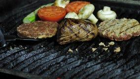 BBQ het rundvlees van het groentenvarkensvlees op steenkolen wordt gebraden die stock footage