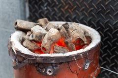 BBQ Hete de Houtskoolbriketten van Grillpit with glowing and flaming, stock afbeeldingen