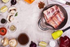 BBQ ingrediënten over steenachtergrond Stock Afbeeldingen