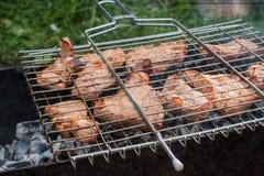 Bbq-kött på de läckra stora bitarna för galler av grillat Arkivfoto