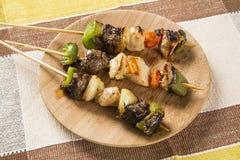 Bbq-kött på pinnar, kebabsteknålar med grönsaken klibbar Royaltyfri Fotografi