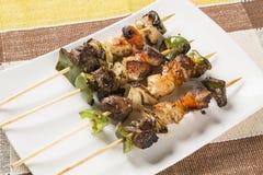 Bbq-kött på pinnar, kebabsteknålar med grönsaken klibbar Arkivbild