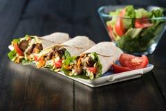 BBQ kip met de verse omslagen van de saladetortilla Royalty-vrije Stock Afbeelding