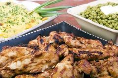 BBQ kip met gegratineerde aardappels en erwten Stock Foto's