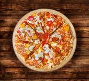 BBQ kippenpizza met olijven op de houten lijst Royalty-vrije Stock Foto