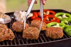 BBQ med hamburgare, pappers och champinjoner Arkivfoto