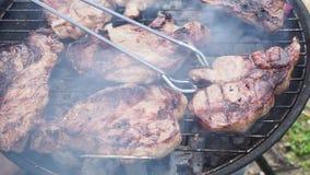 BBQ med köttbiffar stock video