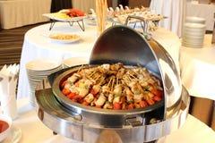 BBQ med kebabmatlagning. kolgaller av fega köttsteknålar Arkivfoton