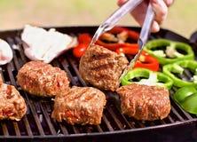 BBQ met burgers, pappers en paddestoelen Royalty-vrije Stock Foto's