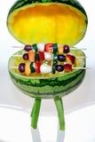 BBQ mit Fruchtaufsteckspindeln Stockbild