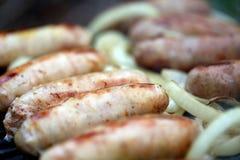 BBQ muitas salsichas com cebola Fotografia de Stock Royalty Free