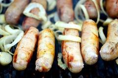 BBQ muitas salsichas com cebola Foto de Stock Royalty Free