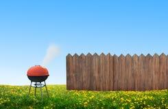 Bbq-picknick på trädgård royaltyfria bilder