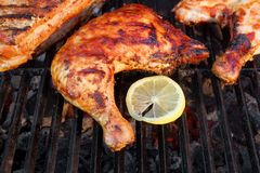 BBQ Piec kurczak nogi ćwiartka Na Gorącym grillu zdjęcia stock
