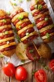 BBQ Piec na grillu śliskich spraw skewers z kiełbasianym salami i zieleni oni Obraz Royalty Free