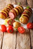 BBQ Piec na grillu śliskich spraw skewers z kiełbasianym salami i zieleni oni Zdjęcia Stock