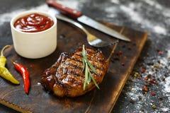Bbq, Piec na grillu befsztyki, rozmaryny, drewniana tnąca deska, obiadowy przygotowanie, zbliżenie odbitkowa przestrzeń, selekcyj Zdjęcia Royalty Free