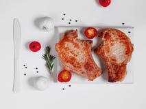 Bbq ribeye在白色的猪肉牛排绘了切板 图库摄影