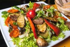 Bbq: rundvlees (varkensvlees) lapje vlees met appelen wordt versierd die Royalty-vrije Stock Afbeeldingen