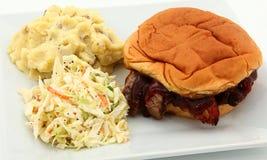 BBQ Sandwich met Slaw en Fijngestampte Aardappels Royalty-vrije Stock Afbeeldingen