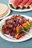 BBQ skewer z wołowiną i warzywami na pyknicznym stole Obraz Royalty Free