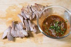 BBQ Stly χοιρινό κρέας σχαρών με την πικάντικη σάλτσα Στοκ φωτογραφίες με δικαίωμα ελεύθερης χρήσης