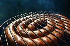 BBQ surowe ogniste kiełbasy na grillu Zdjęcie Royalty Free