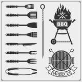 Bbq-uppsättning Biffsymboler, BBQ-hjälpmedel och etiketter och emblem Royaltyfri Foto