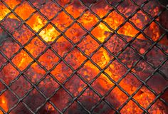 Bbq vacío que flamea con los carbones que brillan intensamente y las llamas brillantes Preparación para asar a la parrilla imagenes de archivo