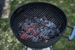 BBQ van de Houtskoolbriketten van Grillpit glowing and flaming hot de Achtergrond van het de steenkoolvoedsel of de Hoogste Menin stock foto's