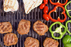 BBQ z hamburgerami, pappers, pomidorami i pieczarkami, Obraz Stock