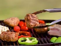 BBQ z hamburgerami, pappers, pomidorami i pieczarkami, Zdjęcia Stock