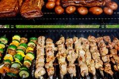 BBQ z kebabu kucharstwa węgla grillem kurczaków mięśni skewers z pieczarką i pieprzami barbecuing gościa restauracji obraz royalty free