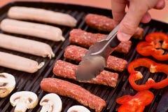 BBQ z kiełbasami, pappers i pieczarkami, Zdjęcie Stock