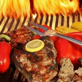 在BBQ格栅的牛肉steakes 库存图片