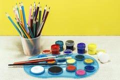 BBrushes för att dra i ett exponeringsglas och färger royaltyfria foton