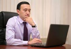 Bbusinessman die aan laptop werkt royalty-vrije stock afbeelding