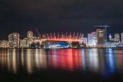 BC温哥华地方竞技场霓虹灯夜反射,加拿大 免版税图库摄影