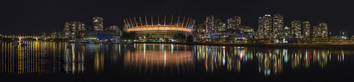 BC温哥华市地平线夜场面全景 库存图片